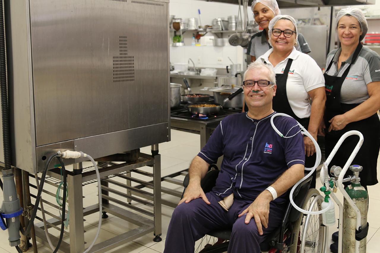 Paciente do HA realiza sonho de cozinhar para a equipe da instituição
